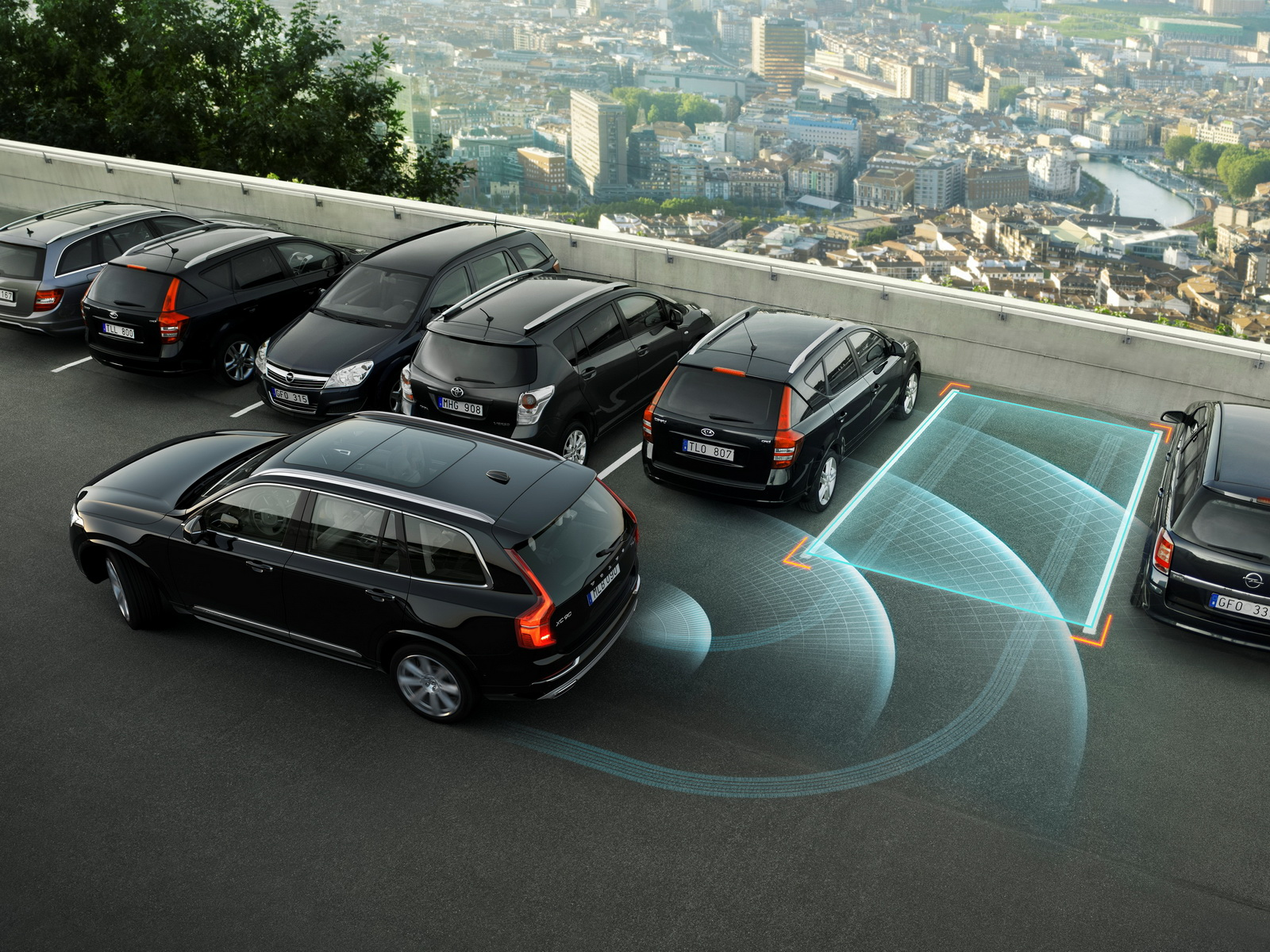 Park Assist Pilot offers automatic reversing into a parking bay as well as entering and exiting a parallel parking spot.