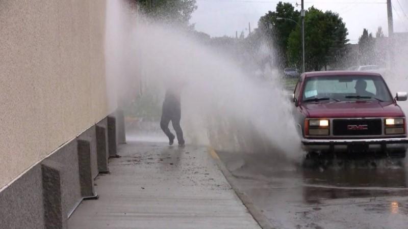 ขับรถยนต์เหยียบน้ำใส่คน…ผิดกฎหมาย