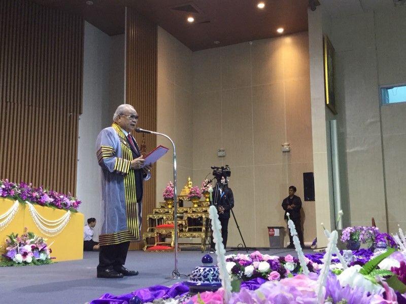 ดร.ปราจิน เอี่ยมลำเนา ในฐานะนายกสมาคมศิษย์เก่าฯร่วมแสดงความยินดี  และให้โอวาทแก่บัณฑิต มหาวิทยาลัยเทคโนโลยีราชมงคลรัตนโกสินทร์