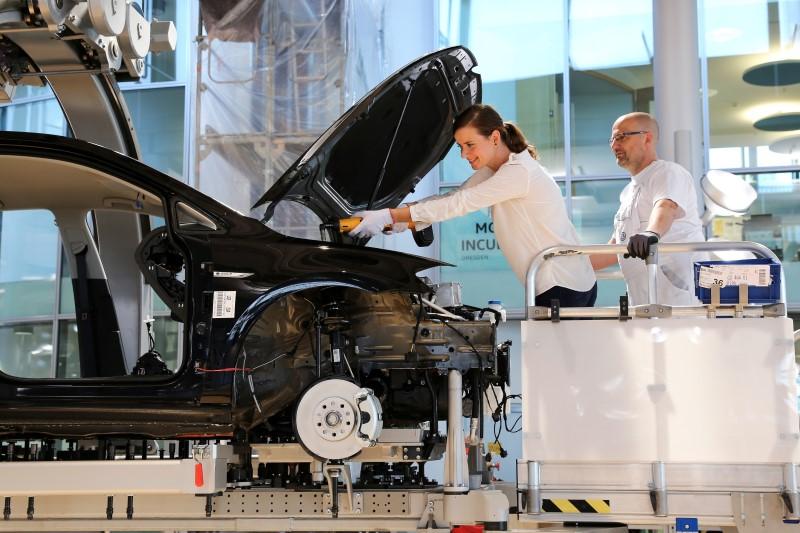 Volkswagen เพิ่มบริการให้ผู้ซื้อดูการผลิตและร่วมประกอบ e-Golf