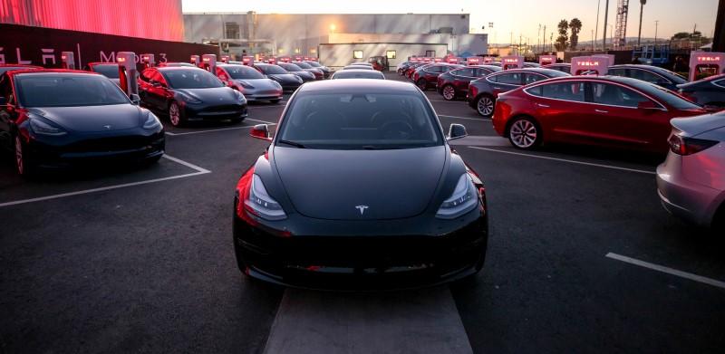 NHTSA จับตาการใช้ Smart Summon ของ Tesla